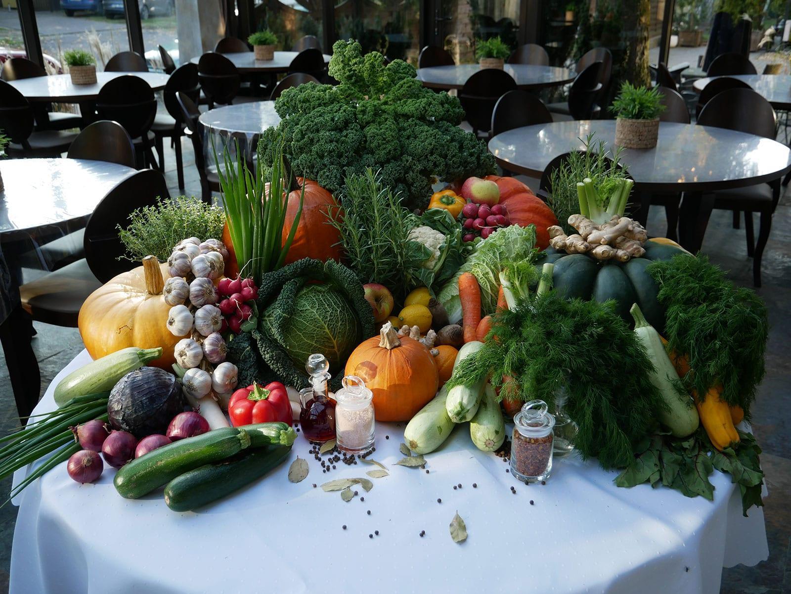 stolik pelen warzyw